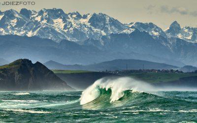 Playa de Tagle y los Picos de Europa nevados de fondo