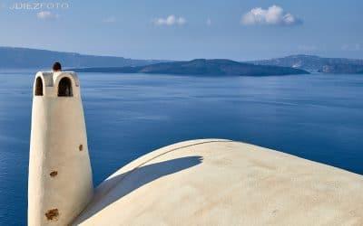 Paseando entre las casas e iglesias de Oia en Santorini
