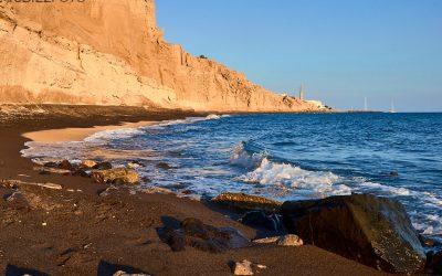 Playa de Vlychada y sus acantilados volcánicos en Santorini