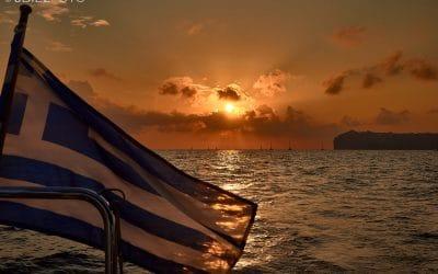 Navegando por la Caldera de Santorini hasta la puesta de sol